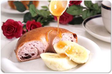 マヌカハチミツをパンや果物にかけても美味しく召し上がれます。毎日の朝食にマヌカ蜂蜜を